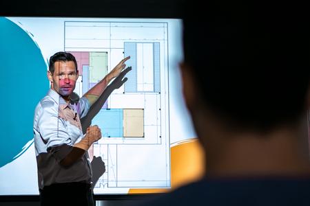 Architekt spricht und projiziert Folien bei Geschäftstreffen im Büro