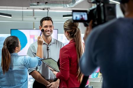 Videocamera registrazione video di imprenditore intervista aziendale e truccatore