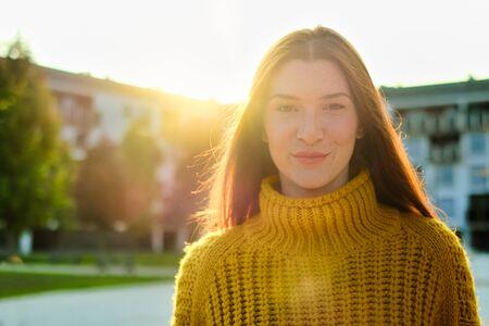 Porträt der glücklichen jungen rothaarigen Frau lächelnd