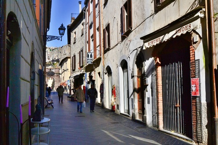 tuscia: bolsena-italia 13 febbraio 2013 uno scorci0 del centro storico di bolsena; chiesa di Santa cristina, luogo turistico dell alta tuscia laziale