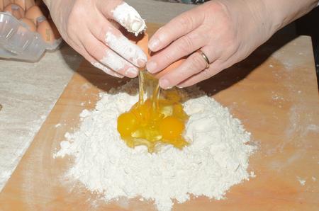 impasto di uova e farina di grano per lasagna