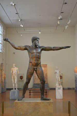 statue grecque: Statue grecque antique en bronze Editeur