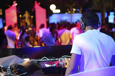 night club: DJ al lavoro