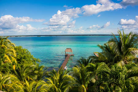 Perfect view of caribbean lagoon Bacalar. Seven Color water. Pier and Hut. Standard-Bild
