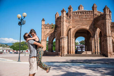 歴史的な記念碑でカップルの肖像画。アメリカ、ラテン アメリカ文化の旅。