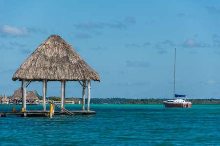 Muelle de madera hermosa en Bacalar Lago riviera maya viajar. Aventura México. Foto de archivo