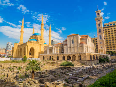 Coexistence of religions in Lebanon - Saint George Maronite Greek Orthodox Cathedral and the Mohammad Al-Amin Mosque Banque d'images
