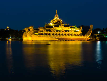 Karaweik Palace by night. In Yangon, Myanmar Stockfoto