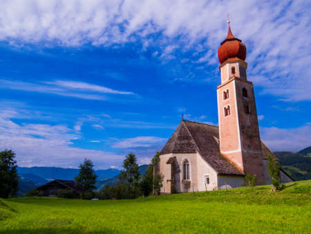 Church of Sant'Osvaldo (St. Oswald), Castelrotto (Kastelruth), Dolomites, north Italy 免版税图像