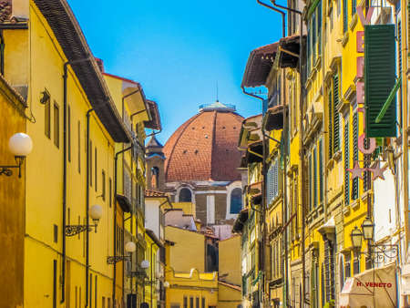 FLORENCE, ITALY - AUGUST 12, 2009: Picturesque narrow street in the city center. Redactioneel