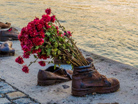Shoes on the Danube bank. The memorial to the people killed during World War II in Budapest, Hungary Stockfoto - 151079735