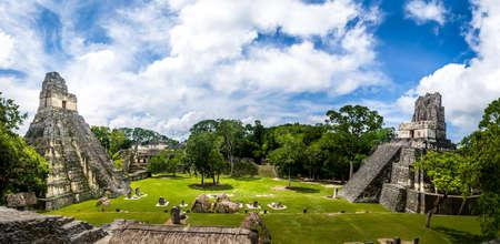 Gran Plaza의 Mayan 사원 또는 Tikal 국립 공원의 Plaza Mayor - 과테말라