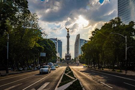 Reforma y Paseo de la Ángel de la Independencia Monumento - Ciudad de México, México Foto de archivo - 73627225