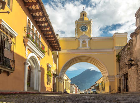 Santa Catalina Arch and Agua Volcano - Antigua, Guatemala 스톡 콘텐츠
