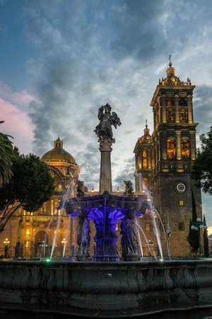 분수 및 푸에블라 성당 일몰 - 푸에블라, 멕시코 스톡 콘텐츠