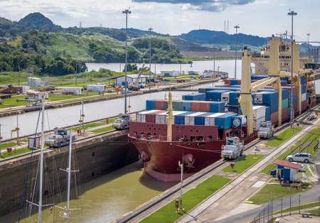 Navire traversant le canal de Panama étant abaissé à Miraflores Locks - Panama City, Panama Banque d'images - 74769284
