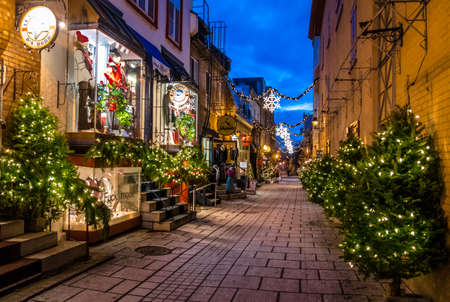 ville: Rue du Petit-Champlain at Lower Old Town (Basse-Ville) at night - Quebec City, Canada