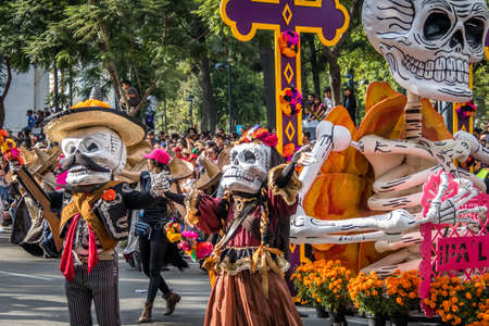 traje mexicano: Day of the Dead (Dia de los Muertos) parade in Mexico city - Mexico