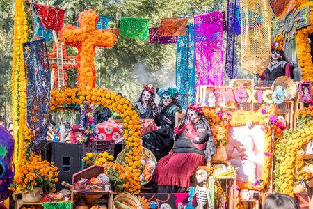 멕시코 시티 - 멕시코에서 죽은 자 (Dia de los Muertos) 퍼레이드의 날 에디토리얼