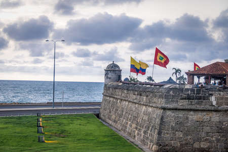 Defensive wall with Colombian and City Flags - Cartagena de Indias, Colombia 免版税图像