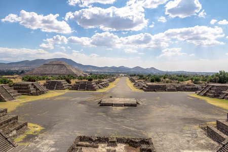 배경 - Teotihuacan 유적, 멕시코 시티, 멕시코에 태양 피라미드와 함께 달과 죽은 애비뉴의 플라자의 위에서 볼