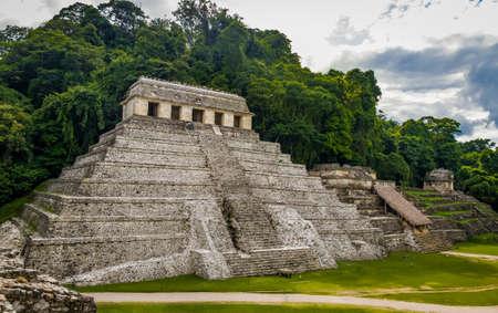 チアパス州, メキシコのパレンケのマヤ遺跡の碑文の神殿 写真素材 - 76155608