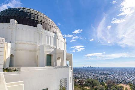 Observatorio Griffith y horizonte de la ciudad - Los Ángeles, California, Estados Unidos Foto de archivo - 76748979