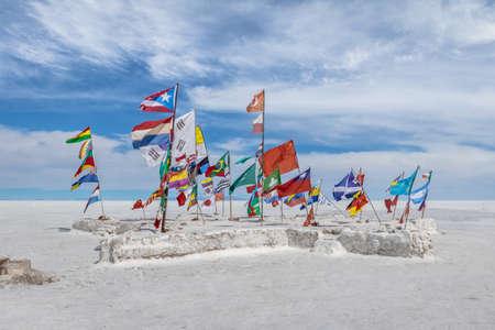 Banderas del mundo en salar de Salar de Uyuni - Departamento de Potosí, Bolivia