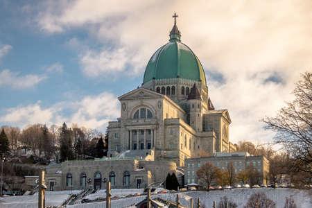 雪 - モントリオール, ケベック, カナダ、セント ジョセフ礼拝堂 写真素材 - 77044127
