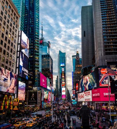 Times Square al atardecer - Nueva York, Estados Unidos Foto de archivo - 77202885
