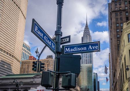 Letrero de la calle de Madison Avenue y East 42nd St - Nueva York, EE. UU.