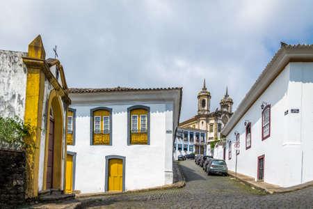 Straat in Ouro Preto Stad met Sao Francisco de Assis Kerk op achtergrond - Ouro Preto, Minas Gerais, Brazilië
