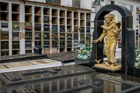 Tancredo Neves-graf in de kerk van Sao Francisco de Assis - Sao Joao Del Rei, Minas Gerais, Brazilië