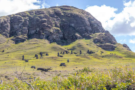 La cantera del volcán Rano Raraku donde se tallaron las estatuas de Moai - Isla de Pascua, Chile Foto de archivo - 78427123
