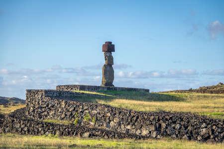 rapanui: Estatua de Ahu Tahai Moai con moño y ojos pintados cerca de Hanga Roa - Isla de Pascua, Chile Foto de archivo