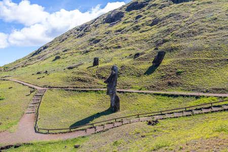 rapanui: Estatuas de Moai de la cantera del volcán Rano Raraku - Isla de Pascua, Chile