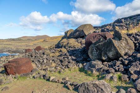 rapanui: Fallen Moai Statues at Ahu Akahanga - Easter Island, Chile Foto de archivo