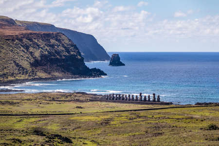 rapanui: Moai Statues of Ahu Tongariki view from Rano Raraku Volcano - Easter Island, Chile Foto de archivo