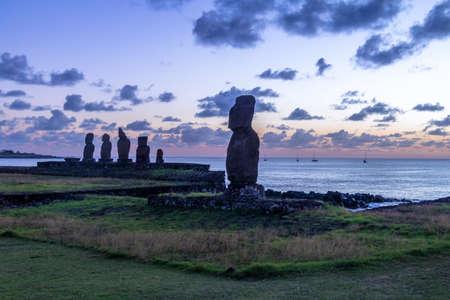 Estatuas Moai de Ahu Tahai cerca de Hanga Roa al atardecer - Isla de Pascua, Chile Foto de archivo