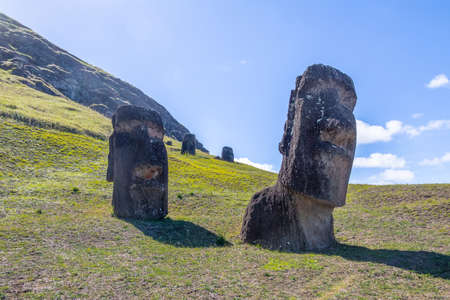 Estatuas de Moai de la cantera del volcán Rano Raraku - Isla de Pascua, Chile