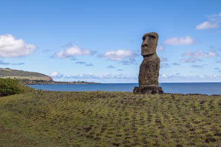 Estatua de Moai de Ahu Akapu - Isla de Pascua, Chile