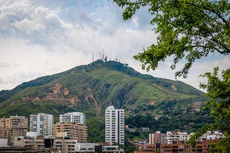 Three Crosses (Cerro de Las Tres Cruces)의 언덕과 Cali city view - 칼리, 콜롬비아