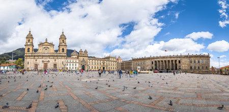 대성당과 콜롬비아 국회 의사당 및 의회 - 보고타, 콜롬비아와 볼리바르 광장의 전경 에디토리얼