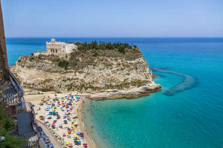 Vue aérienne de Tropea Beach et Santa Maria dell'Isola, Eglise - Tropea, Calabria, Italie Éditoriale