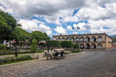center hall colonial: Parque Central (Plaza Mayor) and Ayuntamiento Palace (City Hall) - Antigua, Guatemala Editorial