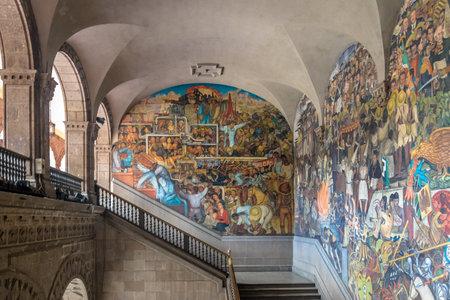 Die Treppe des Nationalpalastes mit dem berühmten Wanderklassenkampf und der Geschichte Mexikos von Diego Rivera - Mexiko-Stadt, Mexiko
