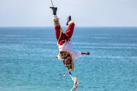 Tanz der Papantla Flyer (Papantla Flyer) - Puerto Vallarta, Jalisco, Mexiko Standard-Bild - 80457096