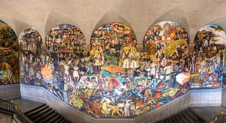 Las escaleras del Palacio Nacional con el famoso mural La Historia de México por Diego Rivera - Ciudad de México, México