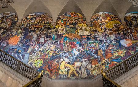 ディエゴ ・ リベラ - メキシコ、メキシコシティ、メキシコの歴史の有名な壁画と国立宮殿の階段 報道画像