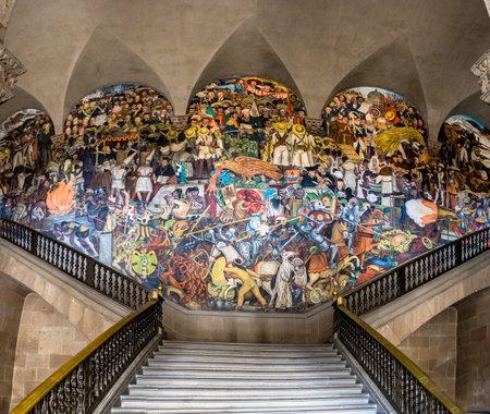 Las escaleras del Palacio Nacional con el famoso mural La historia de México de Diego Rivera - Ciudad de México, México